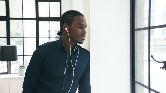 young black männlich ceo hört podcast - menschliche erzeugnisse stock-videos und b-roll-filmmaterial