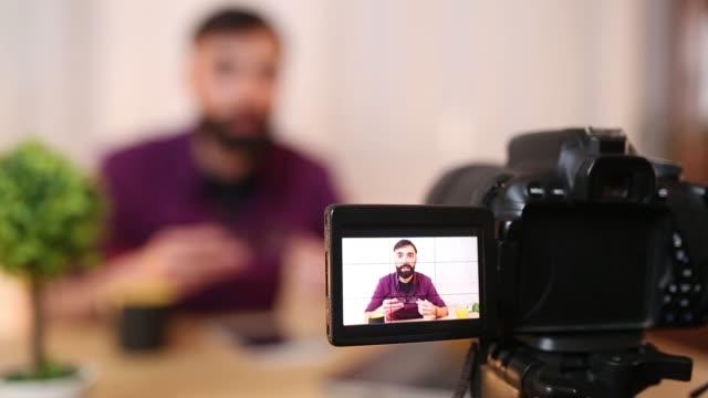 vídeos de stock, filmes e b-roll de blogger jovem em casa fazendo vídeo - blogar