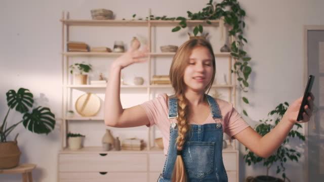 young blogger filmmaking tutorial girl smartphone - поколение z стоковые видео и кадры b-roll