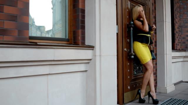 若い金髪の女性屋外ポーズ写真 ビデオ