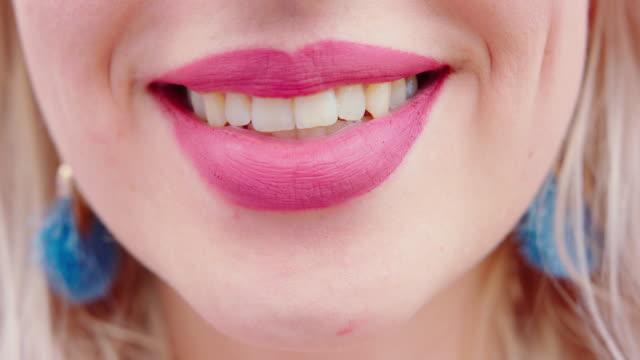 vídeos y material grabado en eventos de stock de la boca de la joven rubia lady sonriendo - boca
