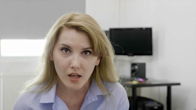 junge blonde büro frau bei der arbeit sagen omg oh mein gott-reaktion mit erstaunten gesicht und geöffneten mund - fülle stock-videos und b-roll-filmmaterial