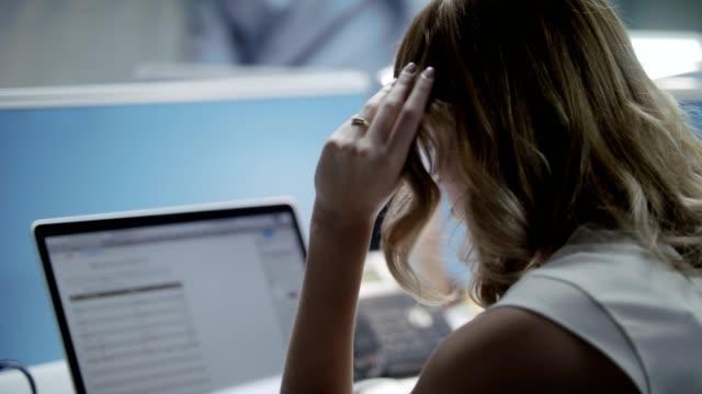 영 불안 및 좌절된 여자 사무실에서 지 루 - 짜증 스톡 비디오 및 b-롤 화면
