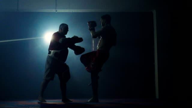 vídeos de stock e filmes b-roll de young boxer training with his coach - boxe tailandês