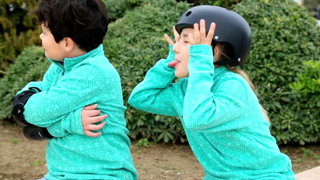 Jeune Garçon et fille avec des patins à roulettes - Vidéo