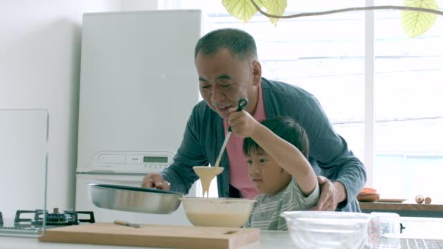 少年と彼と、自分の料理教室 - シニア点の映像素材/bロール