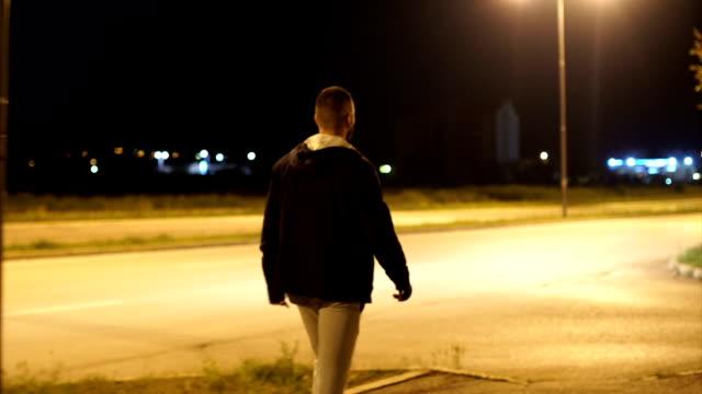 vídeos de stock e filmes b-roll de young boy been dragged in the car - roubar crime