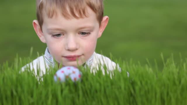 Junge Fundstücke Osterei in grass – Video