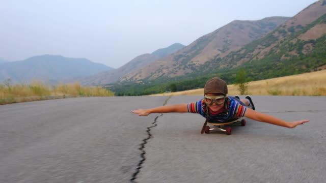 genç çocuk bir kaykay üzerinde uçan - eksantrik stok videoları ve detay görüntü çekimi