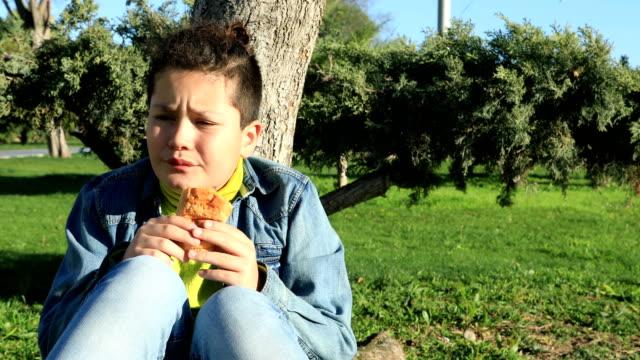vídeos de stock, filmes e b-roll de rapaz jovem com dor abdominal - junk food