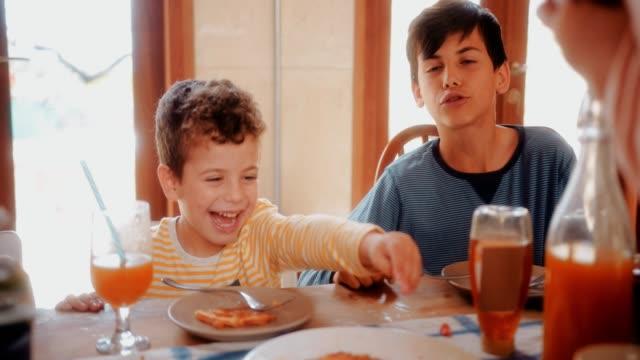 kleiner junge spaß essen gesundes frühstück mit der familie - brunch stock-videos und b-roll-filmmaterial