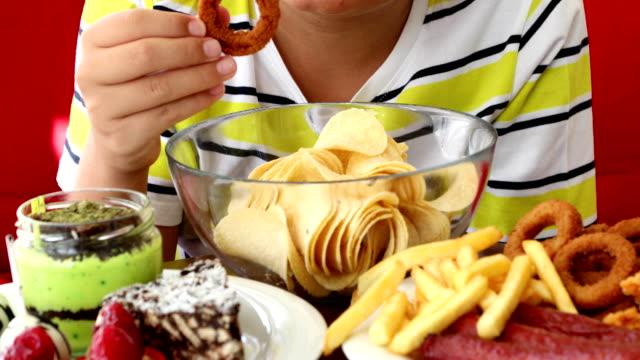 young boy likes junk food - węglowodan jedzenie filmów i materiałów b-roll
