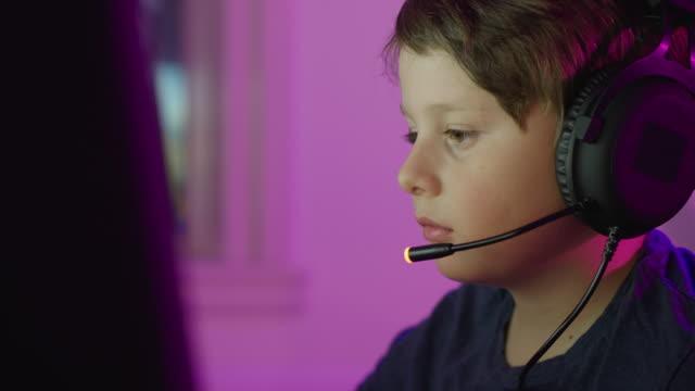 kleiner junge mit online-computerspielen - computerspieler stock-videos und b-roll-filmmaterial