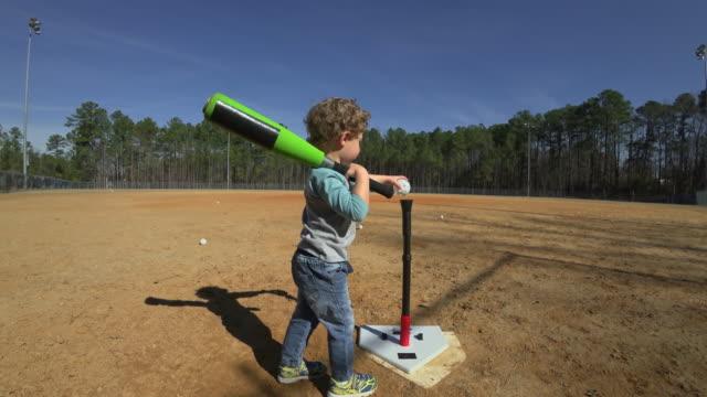 ung pojke öva vadd på en tom baseball området - ofullkomlighet bildbanksvideor och videomaterial från bakom kulisserna
