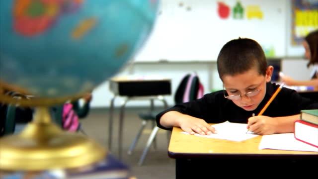 Junge sitzen auf Schule-Schreibtisch – Video