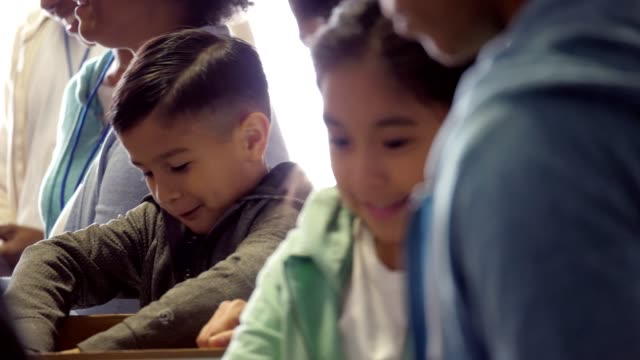 vídeos y material grabado en eventos de stock de tipo de niño a través de donaciones de comida con la familia y voluntariado en banco de alimentos - food drive