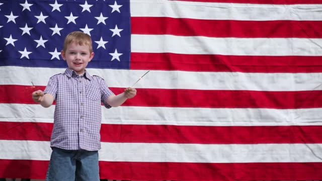 young boy 手を振る sparklers - 4歳から5歳点の映像素材/bロール