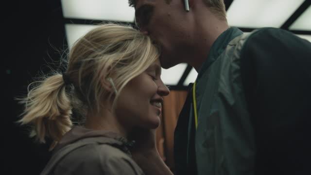 vídeos de stock e filmes b-roll de young boyfriend kissing his girlfriend on forehead - casal jovem
