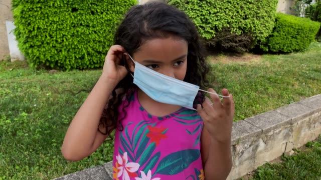 vidéos et rushes de jeune fille noire brésilienne mettant sur un masque - enfant masque