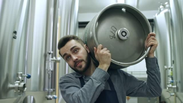 年輕釀酒工人步行啤酒桶 - 手工藝 個影片檔及 b 捲影像