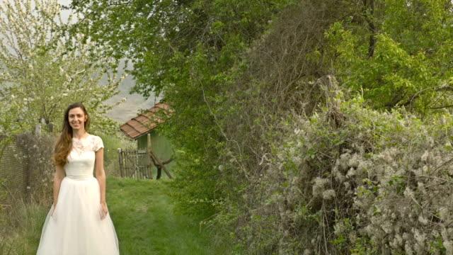 young bride 自然の田舎生活体験の概念を基本に返る - ウェディングファッション点の映像素材/bロール