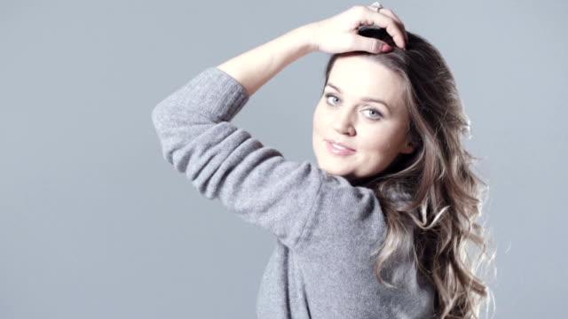 stockvideo's en b-roll-footage met jonge brunette vrouw schoonheid portret in de studio. - curly brown hair