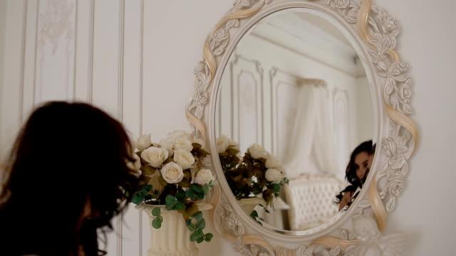 Joven mujer pose oscuras en estudio - vídeo