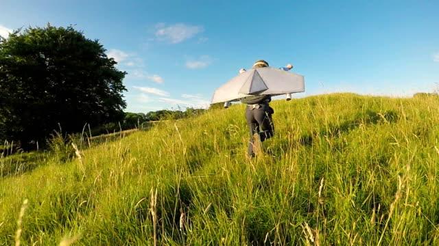 junges unternehmen junge mit jet-pack in england - rakete stock-videos und b-roll-filmmaterial