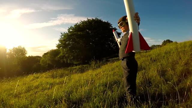 Muchacho joven con cohetes en Inglaterra - vídeo