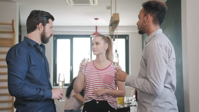 Jonge BedrijfsCollega's die en champagne spreken en drinken video