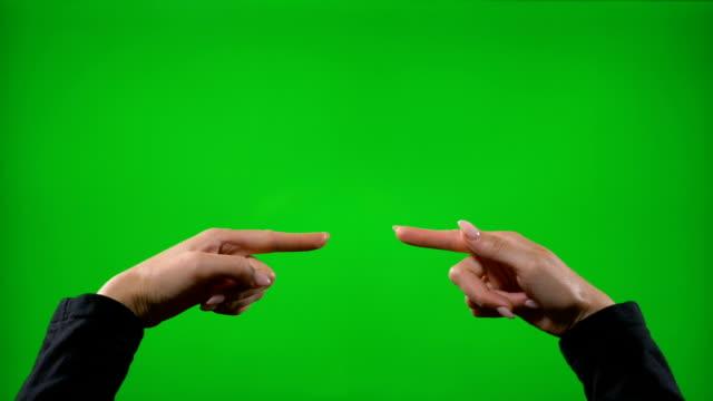 stockvideo's en b-roll-footage met jonge vrouwelijke tonen verschillende zakelijke hand gebaren tegen groen scherm klappen aanwijsapparaat duimschroef opwaarts ok vredesteken vingers - hand pointing