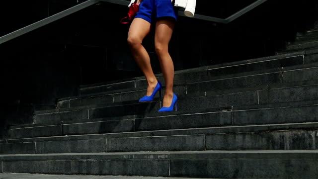 若いビジネスウーマン階段を下りて - 階段点の映像素材/bロール