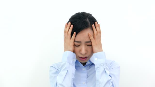 問題を抱えている若いビジネスウーマン - 悩む点の映像素材/bロール
