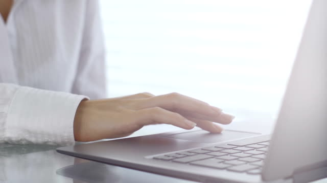 laptop benutzen touchpad - mouse pad stock-videos und b-roll-filmmaterial