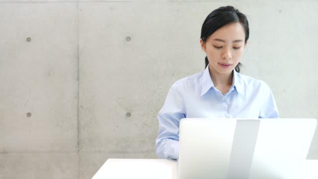 pc を使用して若いビジネス女性 - パソコン点の映像素材/bロール