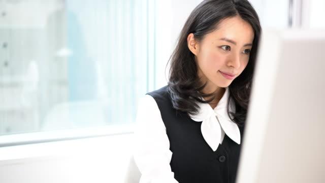 pc を使用して若いビジネス女性 - パソコン 日本人点の映像素材/bロール