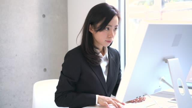若いビジネス女性  - パソコン 日本人点の映像素材/bロール