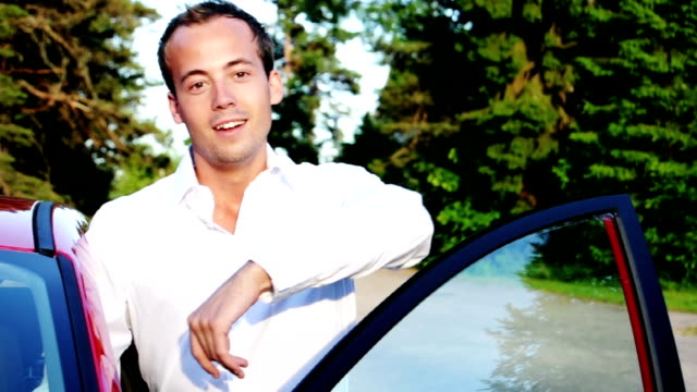 stockvideo's en b-roll-footage met young businessman getting out of car - smiling - ridderlijkheid