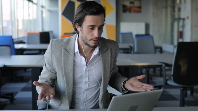 Junger Geschäftsmann mit Online-Treffen im Büro – Video