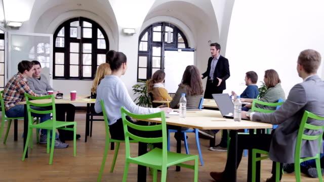 若い実業家保有トレーニング - 研修点の映像素材/bロール