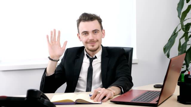 別れの兆しのスーツで青年実業家と振って、60 fps を手 ビデオ
