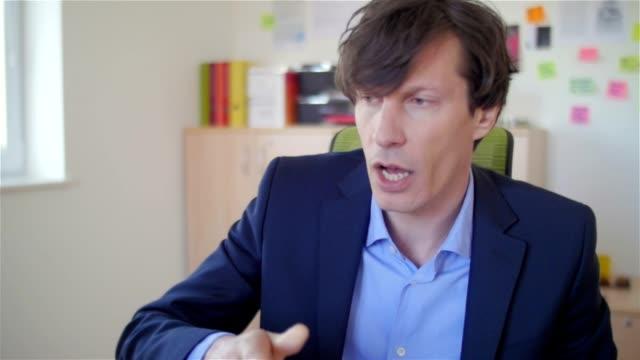 ung affärsman på kontoret - hänga bildbanksvideor och videomaterial från bakom kulisserna
