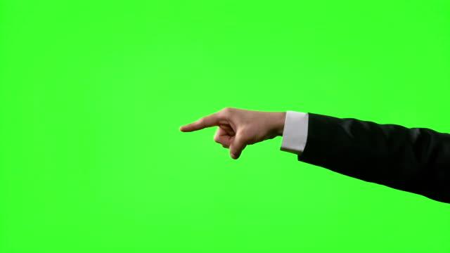 stockvideo's en b-roll-footage met young zakenman maakt handgebaren in een virtuele zakelijke omgeving op groen scherm - hand pointing