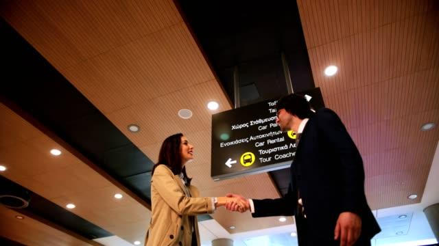 若いビジネスマン挨拶し、空港で握手 ビデオ