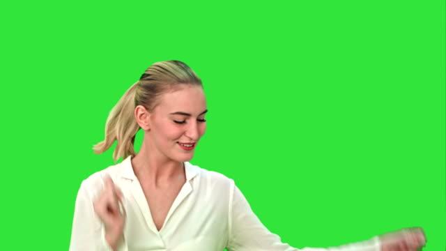 Jonge zakenvrouw dansen op een groen scherm, Chroma Key video