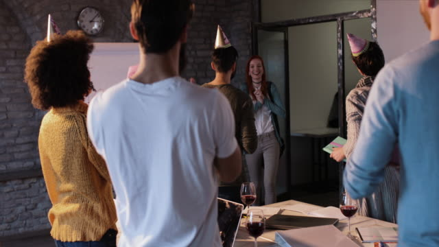若い実業家のオフィスと同僚が驚いて彼女の誕生日を入力します。 ビデオ