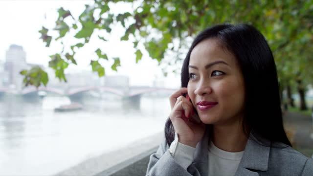 ung affärskvinna i city - endast unga kvinnor bildbanksvideor och videomaterial från bakom kulisserna