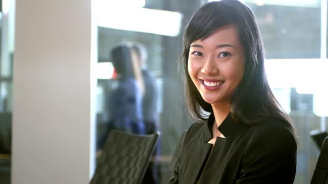 junge geschäftsfrau lächelnd in die kamera. - weibliche angestellte stock-videos und b-roll-filmmaterial