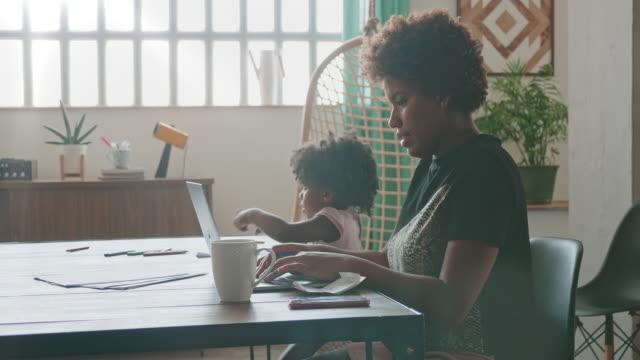 unga affärskvinna distansarbete och omsorg om dotter - 25 29 år bildbanksvideor och videomaterial från bakom kulisserna