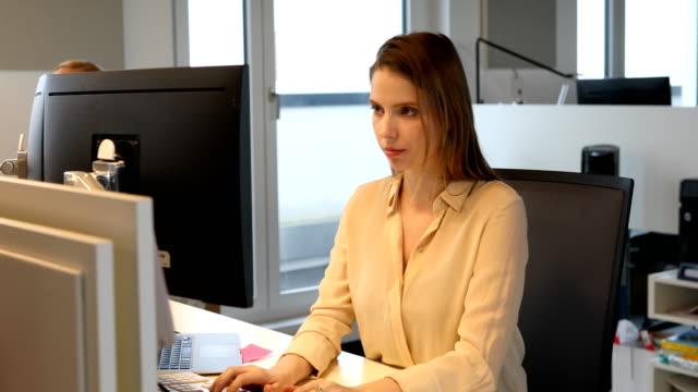 Junge Geschäftsfrau mit Computer im neuen Büro – Video